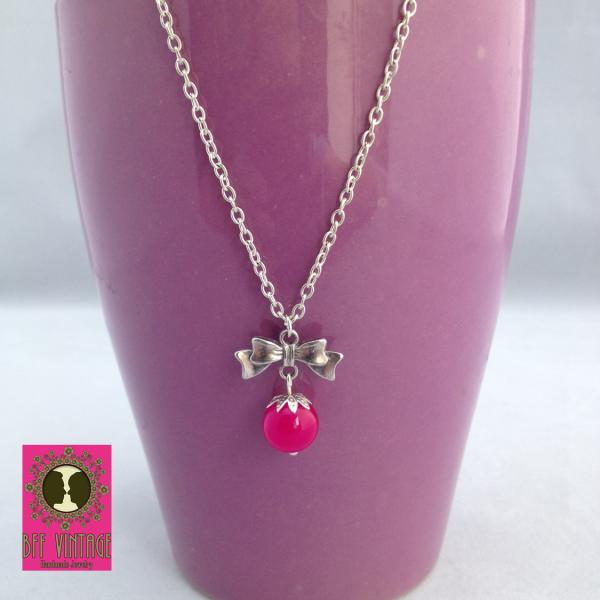Ketting met roze glaskraal en zilver strikje