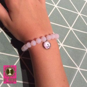 bff-vintage-roze-facetkralenarmband-met-cabochonhangertje-meisje-op-bank_